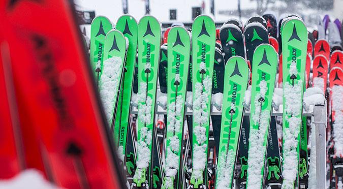 Atomic-Ski auf Ständer